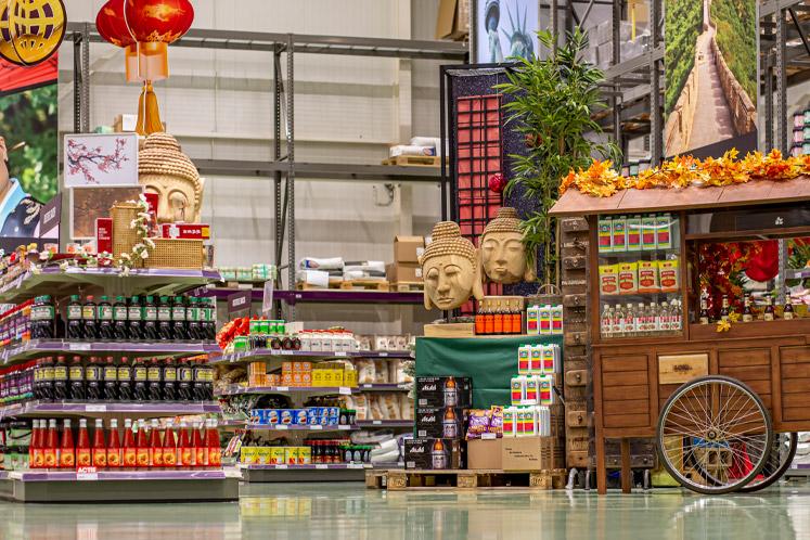 De afdeling droge kruidenierswaren & delicatessen