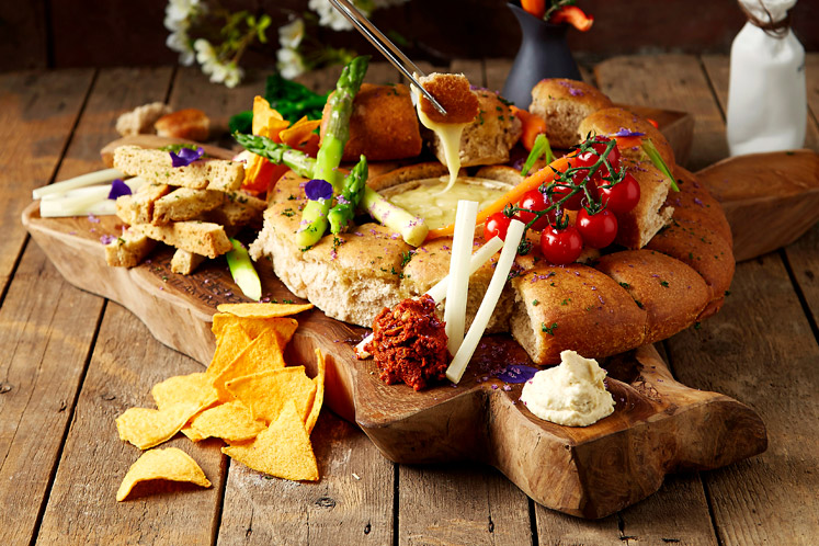 ban_nws_sharing_dinner_plank_1904_747x498.jpg
