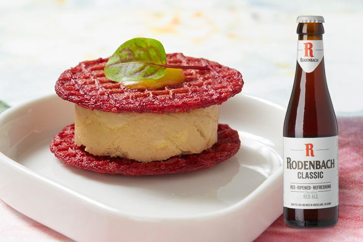 Stroopwafel van biet, ganzenlever en gel van duindoorn in combinatie met een Rodenbach Classic