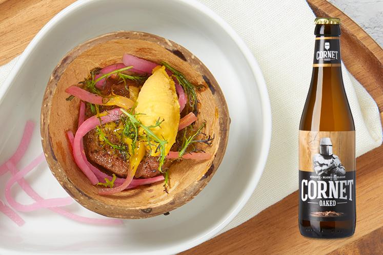 Gestoofde kalfswang, piccalilly en zoetzure groente in combinatie met een Cornet oaked blond