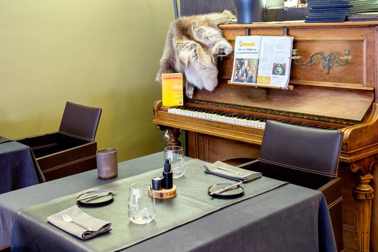 In de eetzaal staat een oude piano
