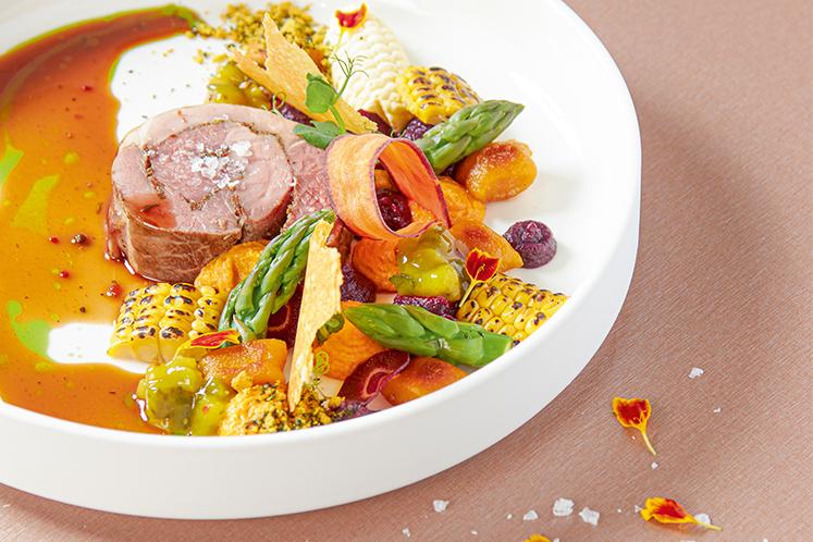 Lamsbout met verschillende bereidingen van wortel, gnocchi van zoete aardappel en maïs