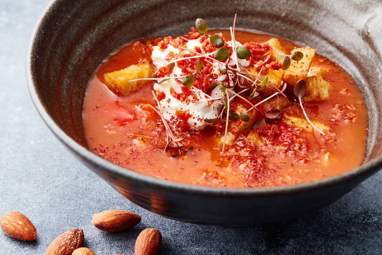 Tomatensoep met Spaanse tortilla, gerookte paprika en chorizo