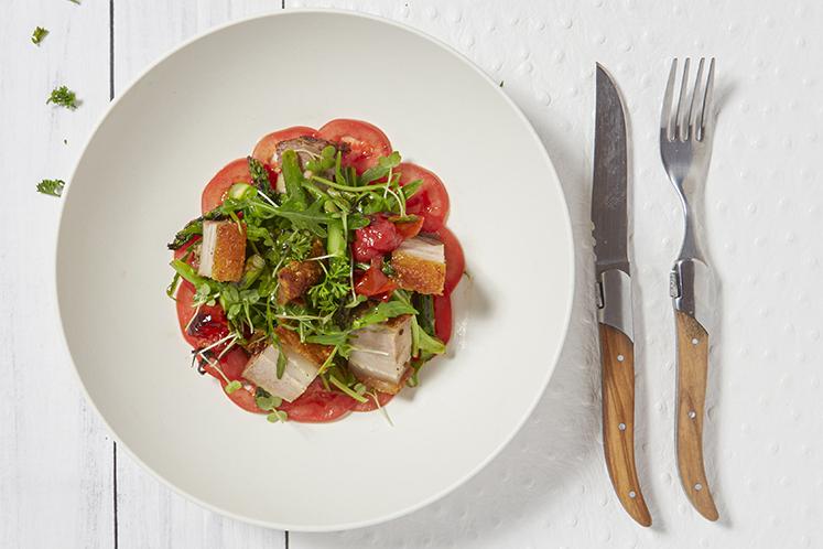 Salade met krokant spek, tomaat en aceto balsamico