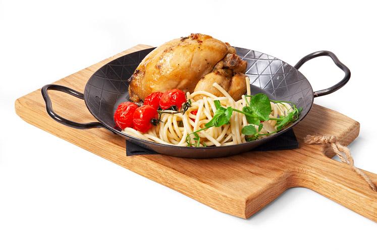 Poussin met spaghetti en gegrilde tomaten