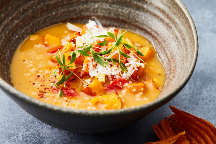 Zoete aardappelsoep met geroosterde pompoen en pecorino